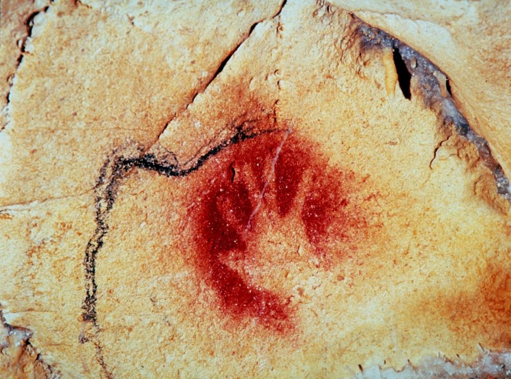 Une main négative réalisée à l'ocre rouge - Photo DRAC Rhône-Alpes - Ministère de la Culture et de la Communication